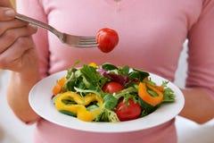 关闭吃健康沙拉的妇女 免版税库存照片