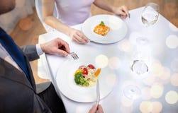 关闭吃开胃菜的夫妇在餐馆 免版税图库摄影
