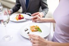 关闭吃开胃菜的夫妇在餐馆 免版税库存照片