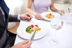 关闭吃开胃菜的夫妇在餐馆 库存照片