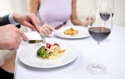 关闭吃开胃菜的夫妇在餐馆 免版税库存图片
