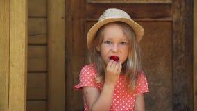 关闭吃新鲜的草莓的少女 股票视频