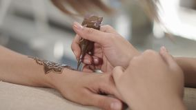 关闭名师的射击,画访客的无刺指甲花纹身花刺 影视素材