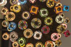 关闭和下美丽的颜色阿拉伯人灯 免版税库存图片