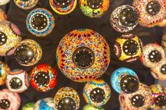 关闭和下美丽的颜色阿拉伯人灯 免版税库存照片