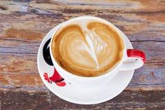 关闭咖啡在桌上的拿铁艺术 免版税库存照片