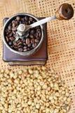 关闭咖啡豆和咖啡豆在磨咖啡器 免版税图库摄影