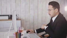 关闭商人与计算机一起使用在办公室 股票视频