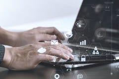 关闭商人手与巧妙的电话和膝上型计算机一起使用 免版税库存图片