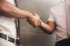 关闭商人握手在成功企业negotiat以后 免版税库存图片