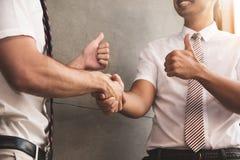 关闭商人握手在成功企业negotiat以后 库存照片
