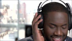 关闭商人的微笑的面孔在耳机的 股票视频