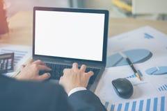 关闭商人键入的膝上型计算机或笔记本的手 使用计算机的商人在工作场所 免版税图库摄影