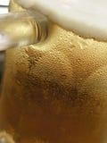 关闭啤酒杯 免版税库存图片