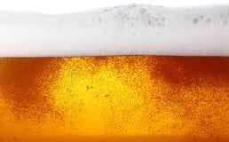 关闭啤酒背景与泡影的在玻璃 免版税库存照片