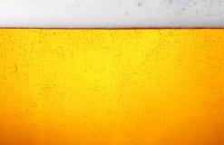 关闭啤酒背景与泡影的在玻璃 免版税库存图片