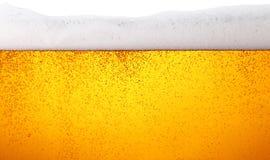 关闭啤酒背景与泡影的在玻璃 库存图片