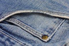 关闭困厄的蓝色牛仔裤-前面口袋细节  免版税库存照片