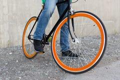 关闭固定的齿轮自行车的人在城市街道上 免版税库存图片