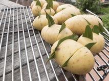 关闭土豆,当月桂叶被插入里面,休息o 免版税库存图片
