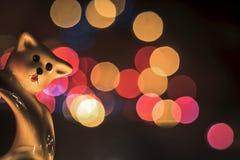关闭圣诞节玩具与五颜六色的光的 免版税库存照片