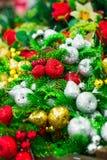 关闭圣诞装饰发光的装饰红色,金黄和银色苹果罗盘星座,梨和冷杉分支 条款背景装饰内部小的种类白色 库存图片
