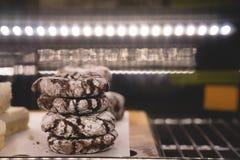 关闭在一个冷的展览架的大块的nutella巧克力曲奇饼 库存图片