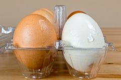 关闭在一个塑料盒的湿干净的鸡蛋在桌上 免版税库存图片