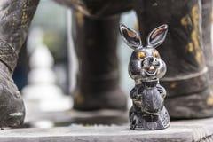 关闭在一个寺庙的古铜色金属兔子兔宝宝装饰在合艾泰国 免版税库存照片