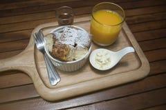 关闭在一个杯子的多士用在上面搽粉的糖粉,在快照的蜂蜜,投入木板材,木桌,早晨早餐 免版税库存图片