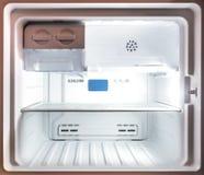 关闭在一个空的白色冷冻机冰箱里面 库存图片