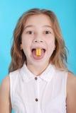 关闭在一个美丽的女孩,当享用一个口香糖时 库存图片