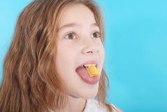 关闭在一个美丽的女孩,当享用一个口香糖时 免版税库存照片