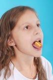 关闭在一个美丽的女孩,当享用一个口香糖时 图库摄影