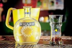 关闭在一个里卡德水罐和一个水瓶有它的商标的 里卡德是pastis、茴香和欧亚甘草风味开胃酒 免版税库存图片