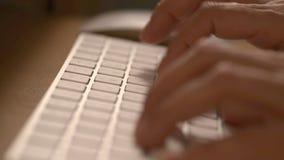 关闭在一个键盘的文字用两只手 股票录像
