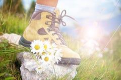 关闭在一双远足的鞋子的一只妇女脚 库存图片