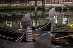关闭在一条运河停放的gondalas在显示装饰耶老岛/铁的威尼斯在小船和risso的弓 免版税库存图片