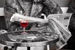 关闭在一杯一名妇女的红葡萄酒酒吧的 库存照片