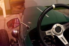 关闭在一点经典汽车的方向盘 免版税图库摄影