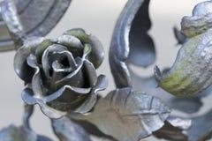 关闭在一种银色金属上升了,一部分的金属篱芭 免版税库存图片