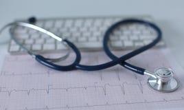 关闭在个人计算机关键董事会的听诊器 是概念现有量有医疗保健帮助延迟药片 库存照片