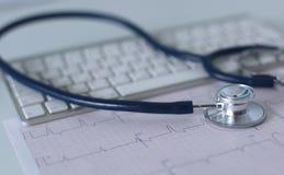 关闭在个人计算机关键董事会的听诊器 是概念现有量有医疗保健帮助延迟药片 库存图片