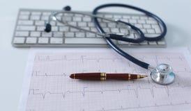 关闭在个人计算机关键董事会的听诊器 是概念现有量有医疗保健帮助延迟药片 图库摄影