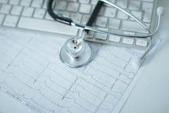 关闭在个人计算机关键董事会的听诊器 是概念现有量有医疗保健帮助延迟药片 免版税库存照片
