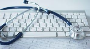 关闭在个人计算机关键董事会的听诊器 是概念现有量有医疗保健帮助延迟药片 免版税库存图片