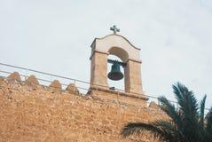 关闭在中世纪摩尔人堡垒Al墙壁的响铃  库存图片