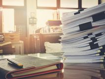 关闭在书桌上的商业文件堆 图库摄影