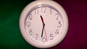 关闭在五颜六色的一个白色办公室时钟 影视素材