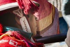 关闭在五颜六色的传统手工制造成套装备打扮的一个秘鲁人的档案 免版税库存图片